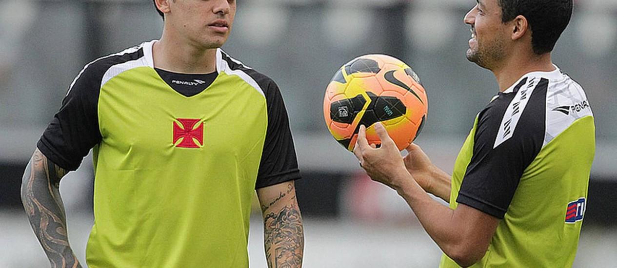 Fágner e Éder Luís conversam durante treino em São Januário Foto   Divulgação   Vasco 70069e5eb3858