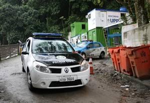 Policiais da 15ª DP (Gávea) fazem perícia no local onde o pedreio foi visto pela última vez, na Rocinha Foto: Extra / Thiago Lontra