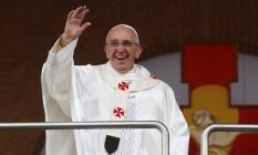 Papa acena para multidão do balcão da Basílica de Aparecida após celebrar missa Foto: Stefano Rellandini / Reuters