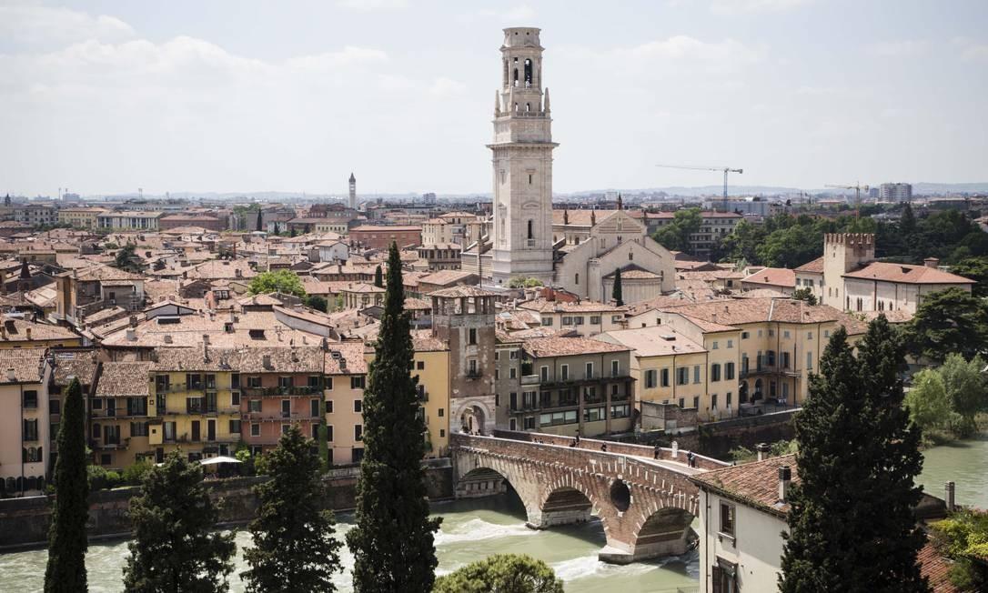 Vista do centro antigo da de Verona, terra de Romeu e Julieta, com o Rio Adige em primeiro plano. Foto: Dave Yoder / The New York Times