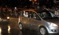 Papa Francisco passa pela Rua Conde de Bonfim com as janelas abertas durante a chuva Foto: Marcelo Piu / O Globo