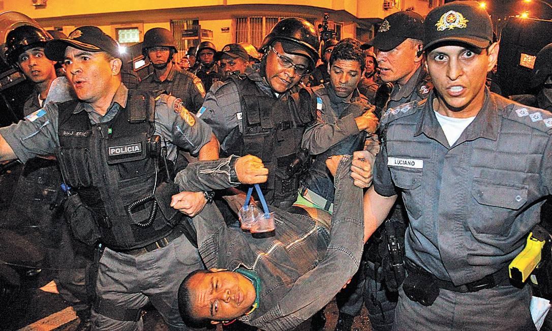 Policiais militares levam detido o estudante Bruno Ferreira Teles durante o tumulto em Laranjeiras - Foto: Pablo Jacob/22-7-2013