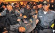 Policiais militares levam detido o estudante Bruno Ferreira Teles durante o tumulto em Laranjeiras -