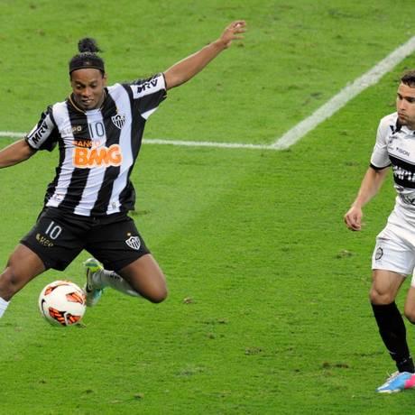 Ronaldinho Gaúcho domina a bola diante da marcação na decisão da Libertadores Foto: EVARISTO SA / AFP