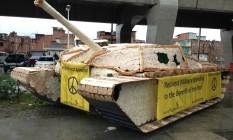 Tanque de guerra confeccionado com pães na entrada de Manguinhos Foto: Igor Ricardo / O Globo