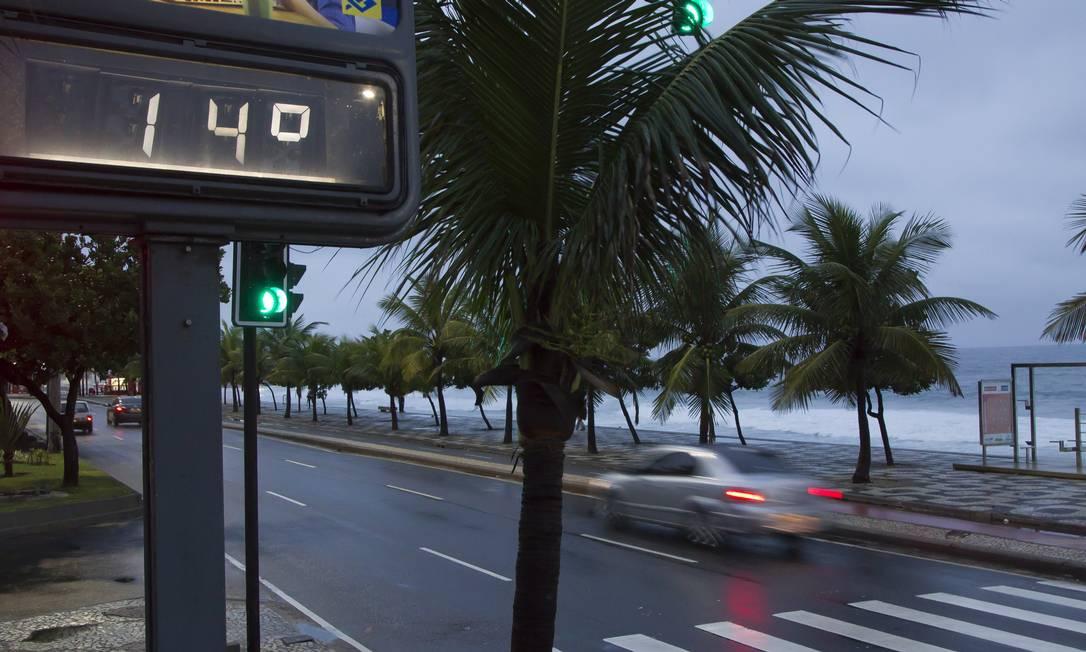 O termômetro marcava 14 graus no início da manhã desta quinta-feira na orla da Zona Sul Foto: Fernando Quevedo / Agência O Globo