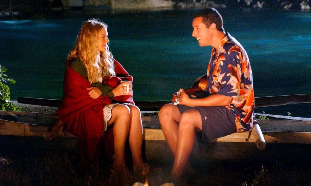 """Um biólogo (Adam Sandler) se apaixona por uma jovem (Drew Barrymore) que, por causa de um acidente de carro, não consegue reter a memória recente depois de uma noite de sono. A cada dia, ele tenta se aproximar dela no filme """"Como se fosse a primeira vez"""" Divulgação"""
