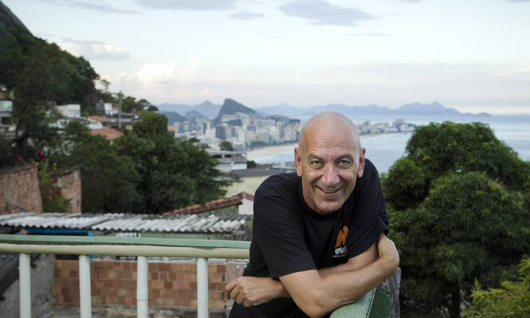 O novo presidente da Funarte Guti Fraga, no Morro do Vidigal Foto: O Globo / Guito Moreto