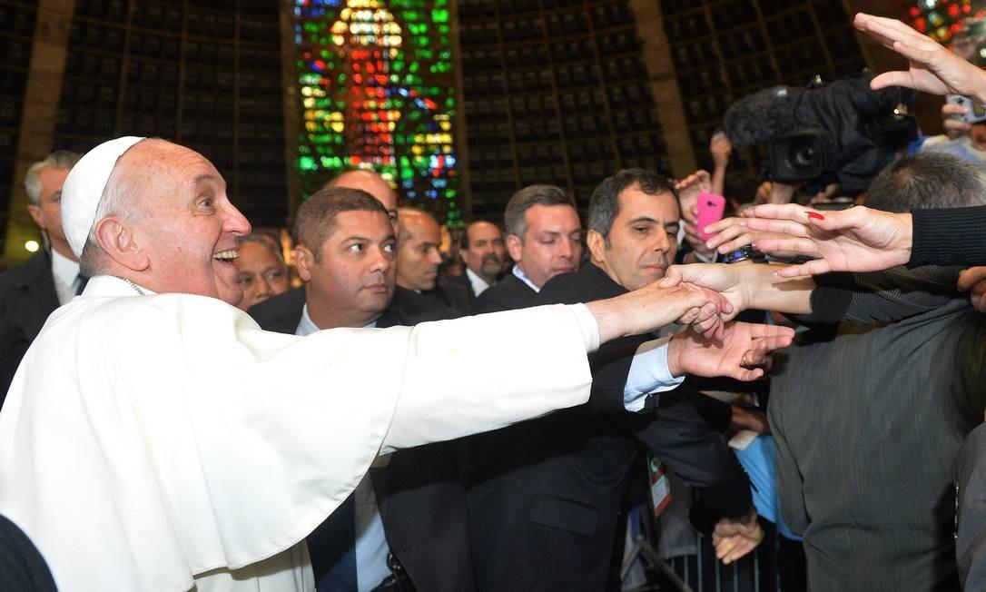 Papa Francisco é saudado por fiéis aregentinos na Catedral Metropolitana do Rio de Janeiro Foto: LUCA ZENNARO / AFP