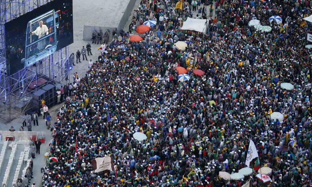 Pelegrinos esperam a chegada do Papa ao palco de Copacabana Sergio Moraes / Reuters