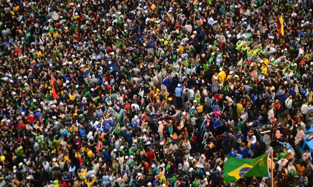 Multidão lota a areia de Copacabana Foto: Christophe Simon / AFP