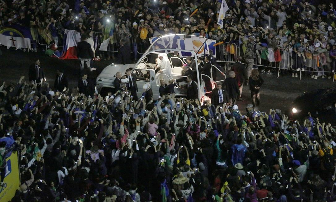 Peregrinos aguardam a passagem do Papa na altura da rua Constante Ramos em Copacabana Foto: Freelancer / Agência O Globo