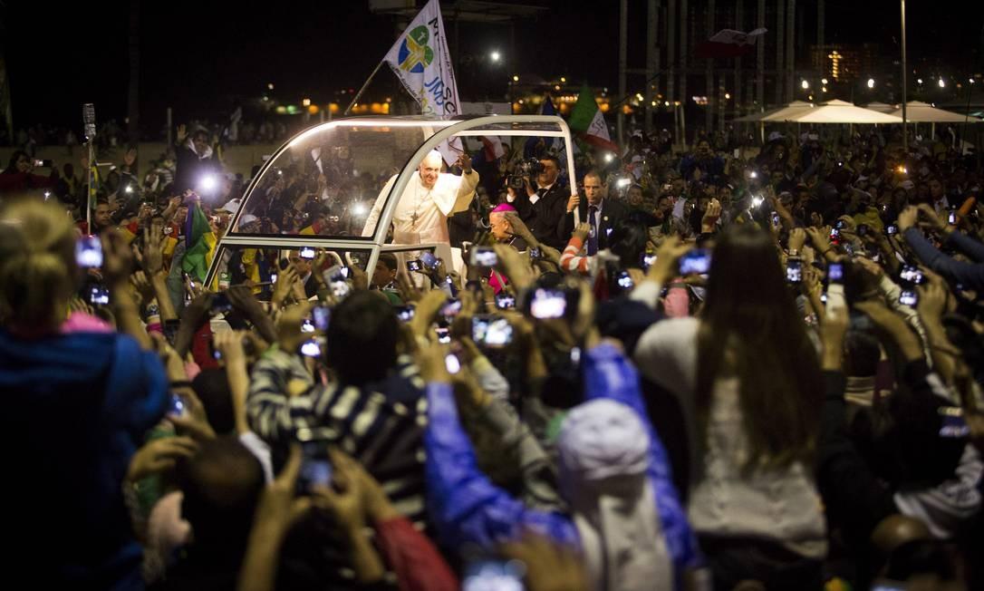 Fiéis fotografam o Papa na sua passgem em Copacabana Agência O Globo