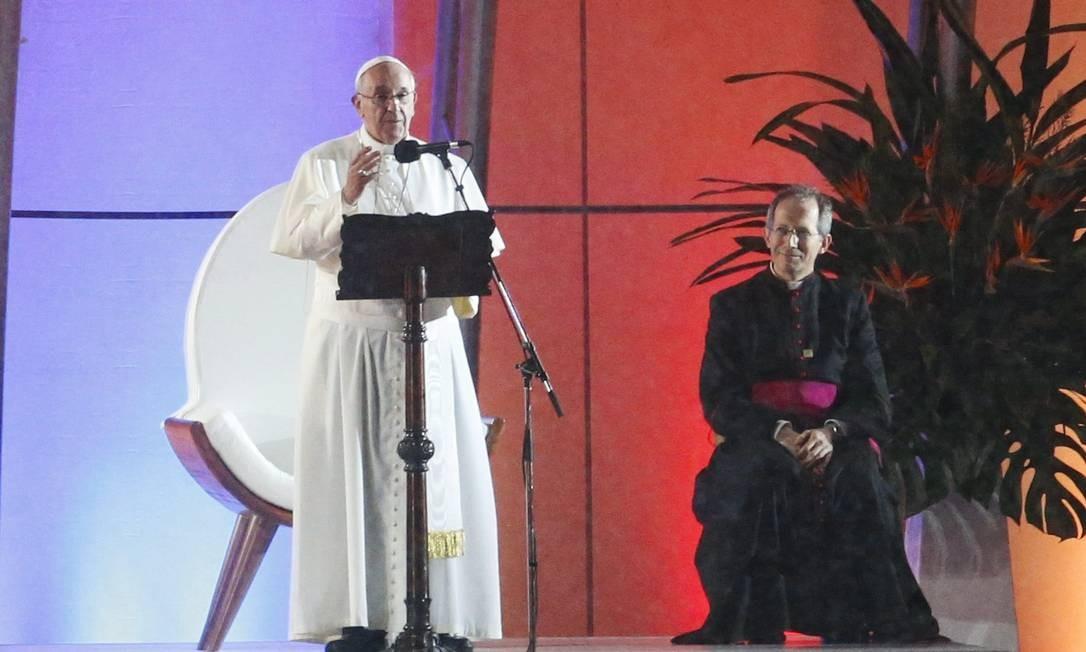 Papa no palco de Copacabana Foto: Guito Moreto / Agência O Globo