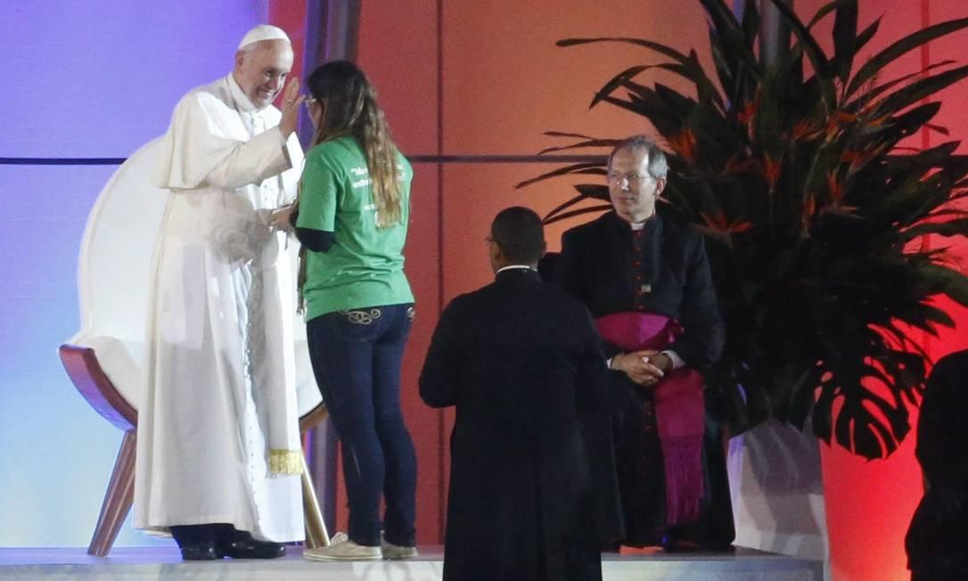 Papa Francisco abençoa uma jovem na cerimônia de acolhida em Copacabana Guito Moreto / Agência O Globo