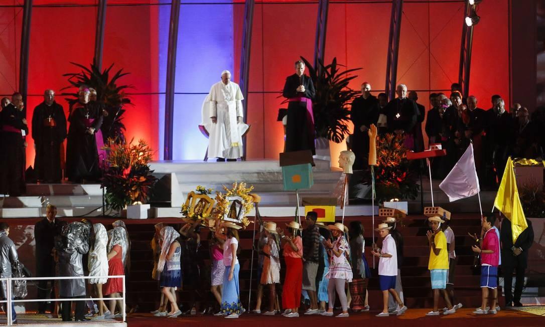 Papa Francisco assiste a uma representação no palco de Copacabana, durante a cerimônia de acolhida aos fiéis da JMJ Foto: Guito Moreto / Agência O Globo