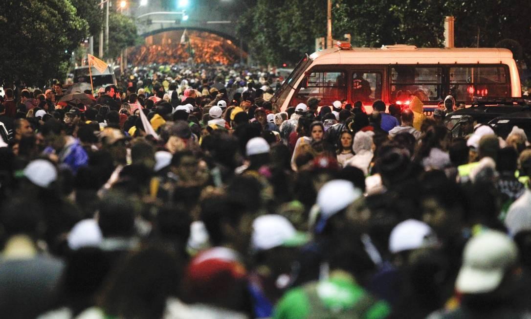 Peregrinos tomam as ruas de Copacabana após término de cerimônia com Papa Foto: Pedro Kirilos / Agência O Globo