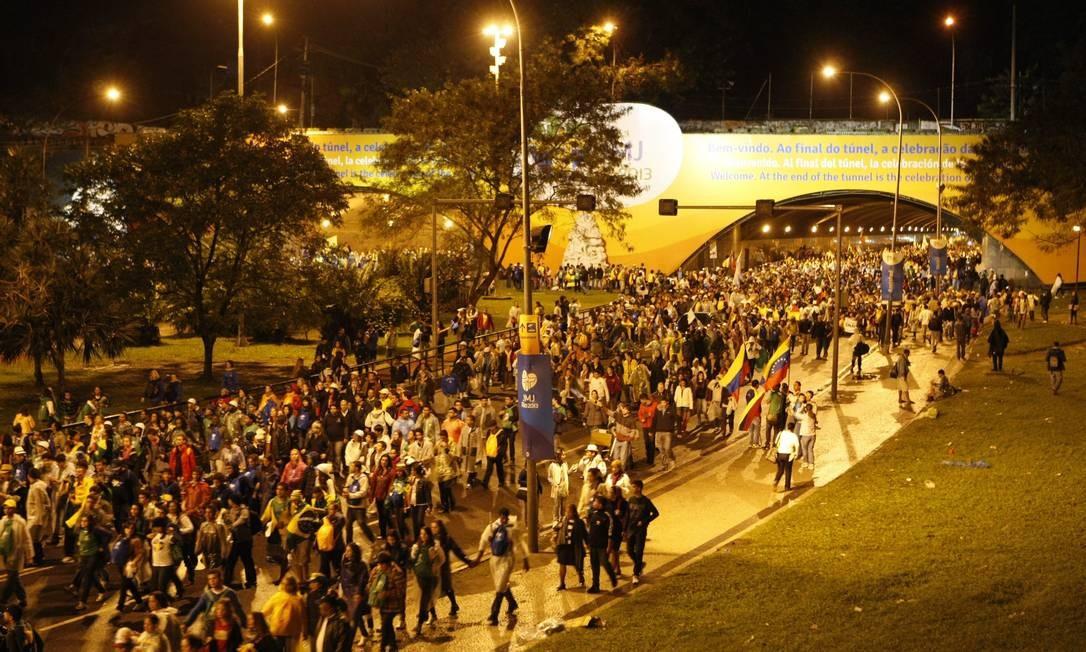 Peregrinos da Jornada Mundial da Juventude não encontram transporte público ao sair do evento que ocorreu em Copacabana Foto: Eduardo Naddar / Agência O Globo