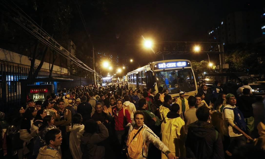 Peregrinos tentam sair de Copacabana por Botafogo Foto: Guito Moreto / Agência O Globo