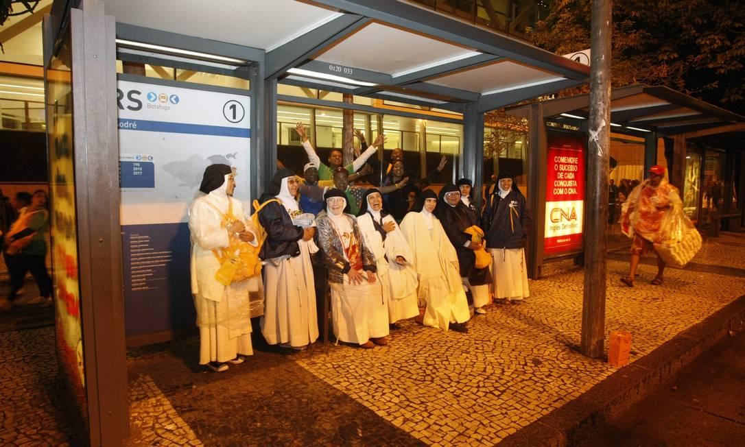 Mulheres aguardam em ponto de ônibus Eduardo Naddar / O Globo
