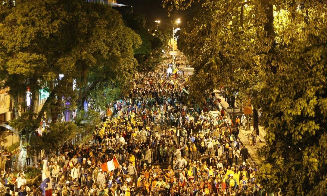 Peregrinos tomam as ruas de Botafogo depois do término do evento em Copcabana Foto: Eduardo Naddar / O Globo