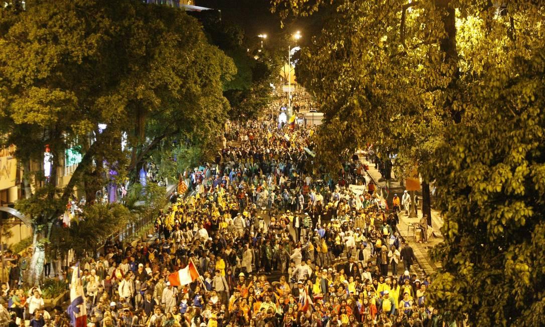 Peregrinos tomam as ruas de Botafogo depois do término do evento em Copcabana Eduardo Naddar / O Globo