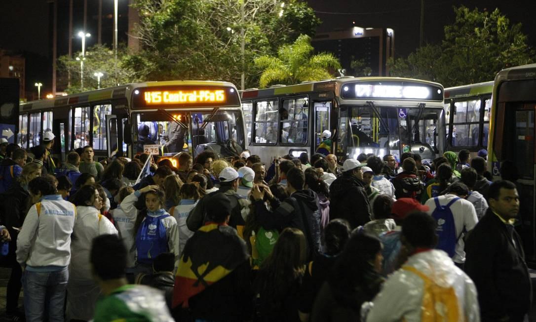 Peregrinos da Jornada Mundial da Juventude andam até a Botafogo para pegar ônibus Foto: Eduardo Naddar / Agência O Globo
