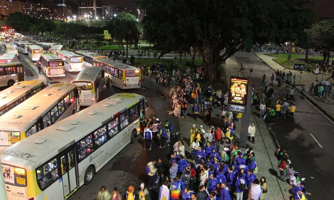 Milhares de peregrinos seguem a pé até a praia de Botafogo para pegar ônibus após ato religioso na Praia de Copacabana com a presença do Papa Francisco Marcelo Carnaval / Agência O Globo