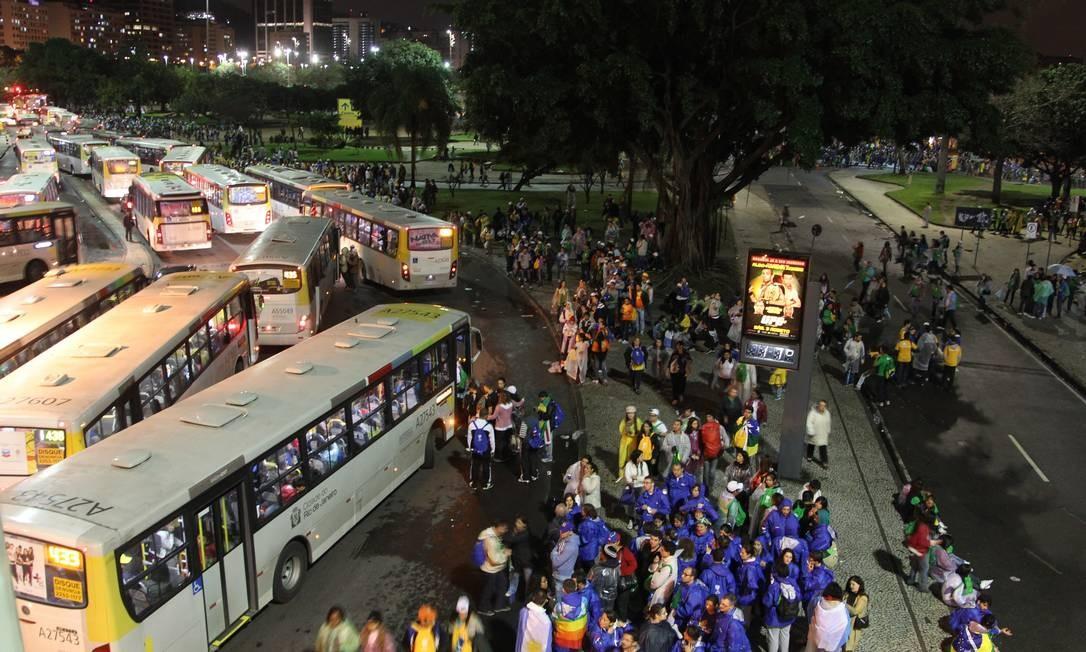 Milhares de peregrinos seguem a pé até a praia de Botafogo para pegar ônibus após ato religioso na Praia de Copacabana com a presença do Papa Francisco Foto: Marcelo Carnaval / Agência O Globo