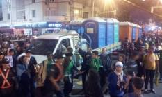 Caminhões avançam com banheiros químicos que estavam em Guaratiba Foto: Henrique Gomes Batista / O Globo