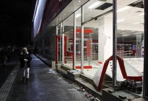 Agência do Bradesco é depredada por vândalos na Avenida Paulista Foto: Marcos Alves / Agência O Globo