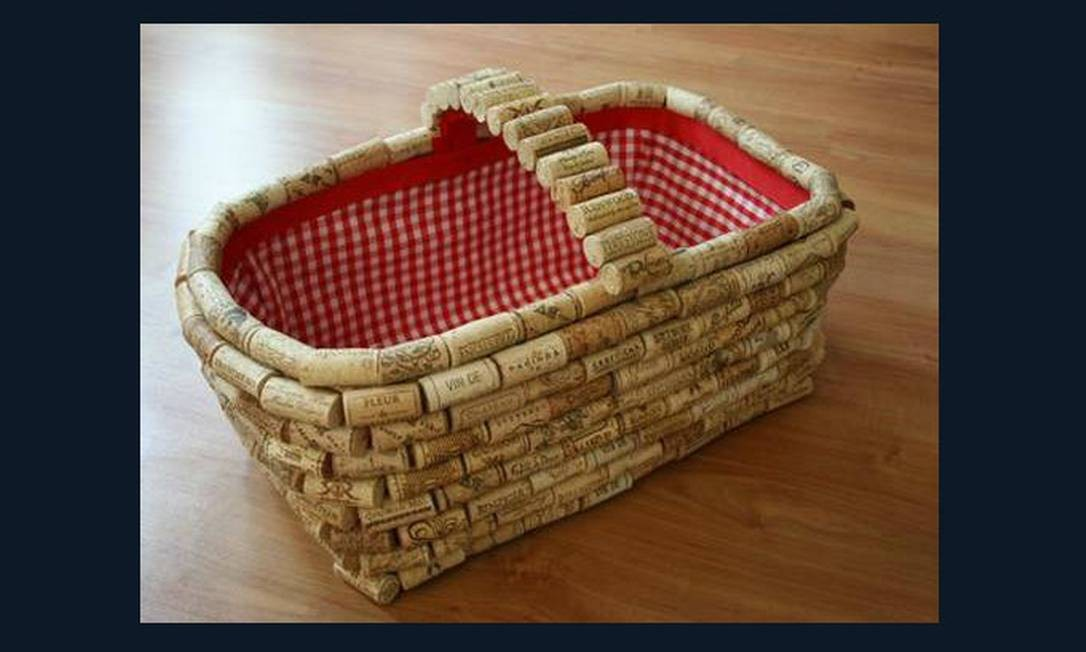 Cesta de piquenique coberto com rolhas de vinho dão um clima especial para um jantar romântico Foto: Reprodução da internet