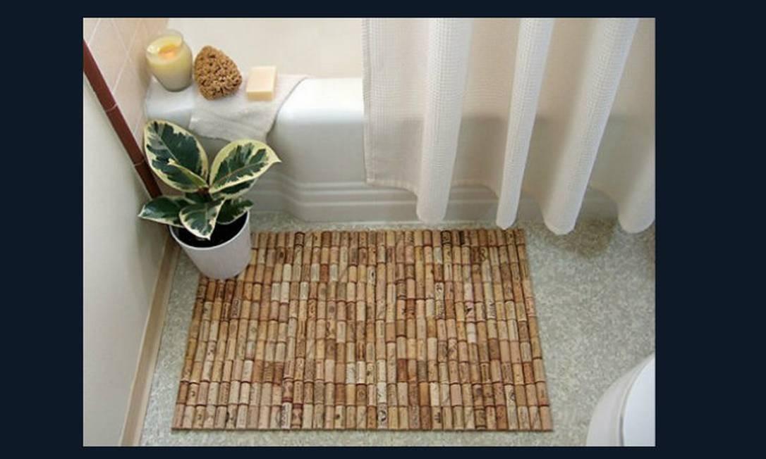 Corte as rolhas ao meio e as cole em um tecido, fazendo um tapete para colocar ao lado da banheira ou chuveiro. Fica bonito e evita escorregões, pois a cortiça é ótimo antiderrapante Foto: Reprodução da internet