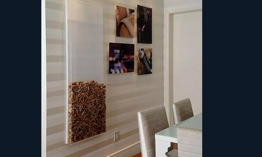 Coloque um quadro oco na parede e vá preenchendo com rolhas na medida em que os vinhos forem abertos. Os amigos vão adorar participar Foto: Reprodução da internet