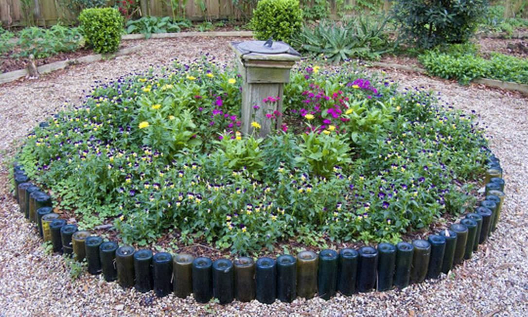 Use as velhas garrafas de vinho para fazer um canteiro para seu jardim. É sustentável e lindo Foto: Reprodução da internet