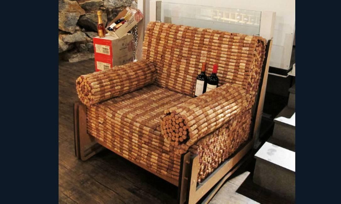 Sofá feito a partir de rolhas de garrafas de vinho é uma opção para os mais habilidosos Foto: Reprodução da internet