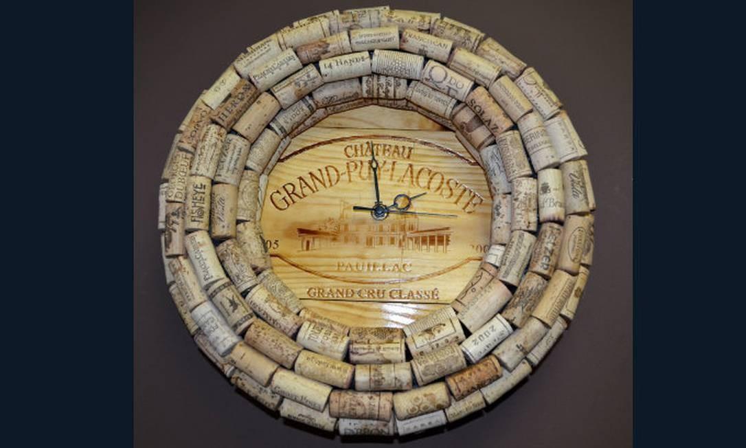 Relógio feito com as (muitas) rolhas de vinho. Um toque especial para a decoração Foto: Reprodução da internet