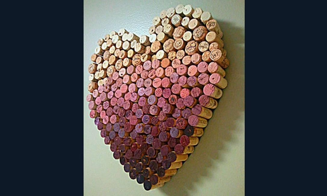 Coração feito a partir de rolhas de vinho, aproveitando a coloração de que algumas ficam por causa do líquido Foto: Reprodução da internet