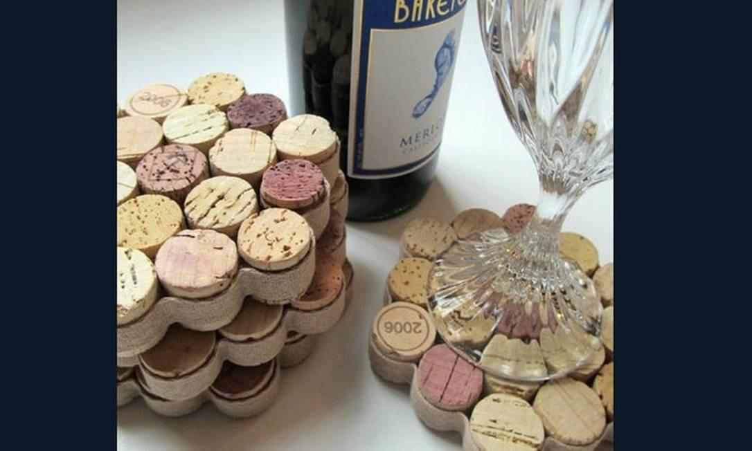 Outra opção é fazer um porta-copos, colando as rolhas de vinho e finalizando com uma fita Foto: Reprodução da internet