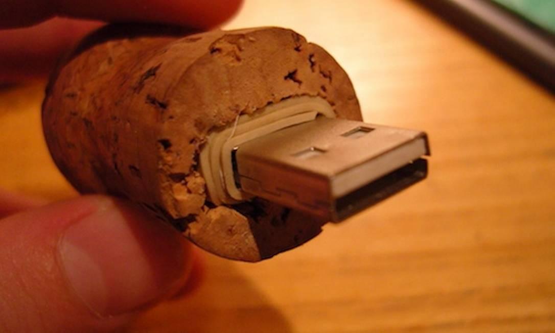 Pen drive colocado dentro da rolha. Uma sugestão criativa para brinde Foto: Reprodução da internet