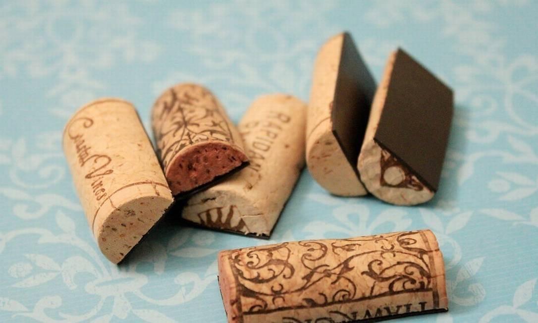 Corte as rolhas de vinho ao meio e cole uma imã em cada pedaço para decorar a geladeira ou um mural Foto: Reprodução da internet