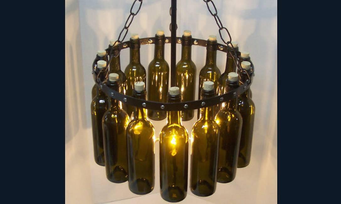 Lustre feito a partir de garrafas de vinho são perfeitas para sala de jantar Foto: Reprodução da internet
