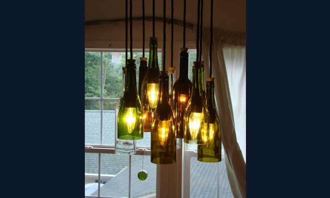 Modelo de lustre com lâmpadas dentro de garrafas de vinho sem a parte debaixo Foto: Reprodução da internet