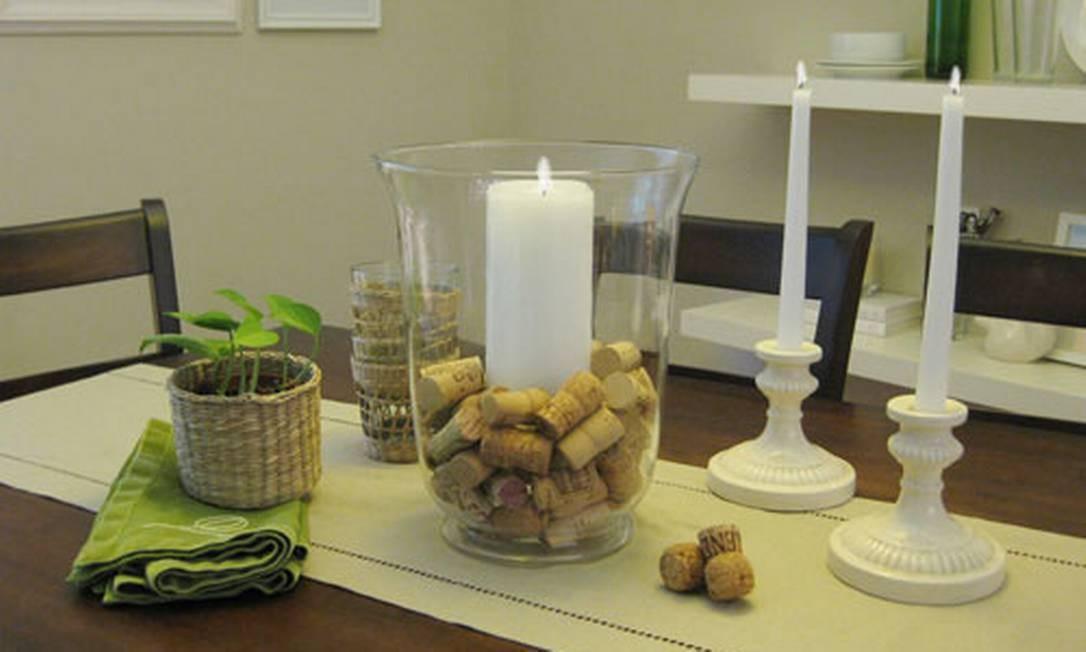 Pote de vidro com rolhas e vela no interior formam uma bela peça de decoração para a mesa Foto: Reprodução da internet