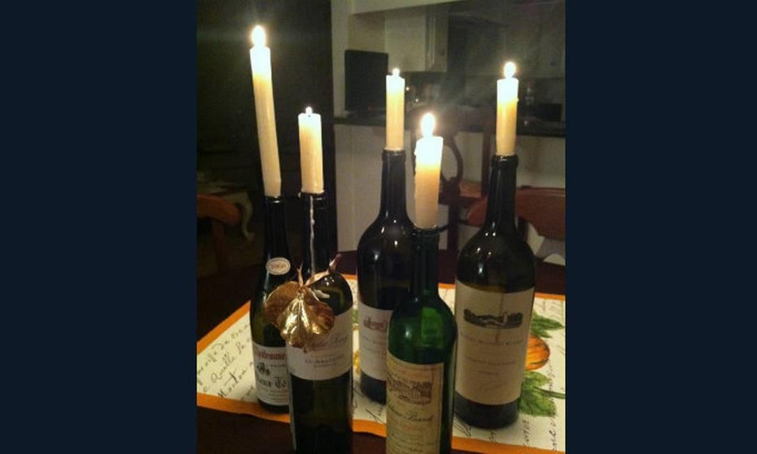 As velas também podem ser colocadas no bico da garrafa de vinho. Essa é para jantar à luz de velas Foto: Reprodução da internet