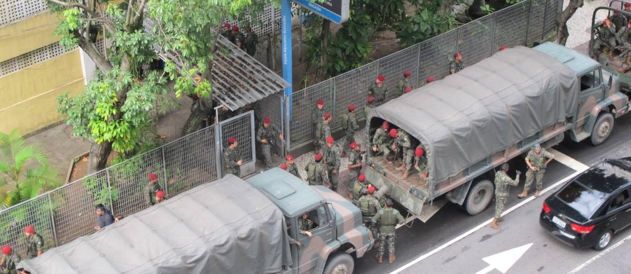 Paraquedistas desembarcam na Escola Municipal Alencastro Guimarães, na Praça Cardeal Arcoverde, em Copacabana, o novo QG da JMJ Foto: Vera Araújo