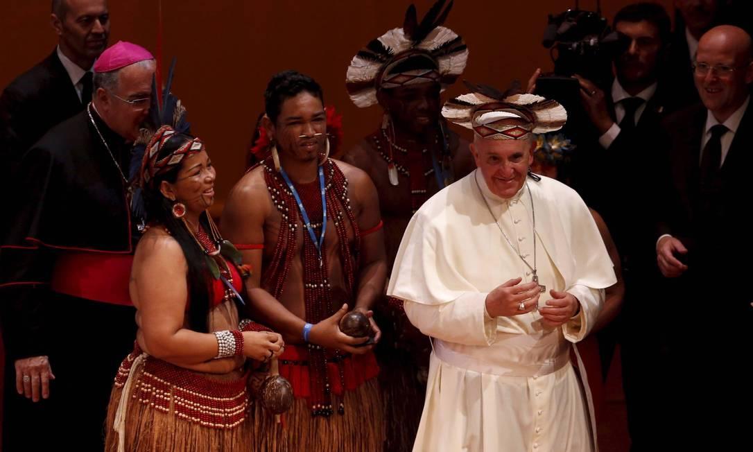 O Papa Francisco usa um cocar que ganhou dos índios no Teatro Municipal Foto: Mônica Imbuzeiro / Agência O Globo