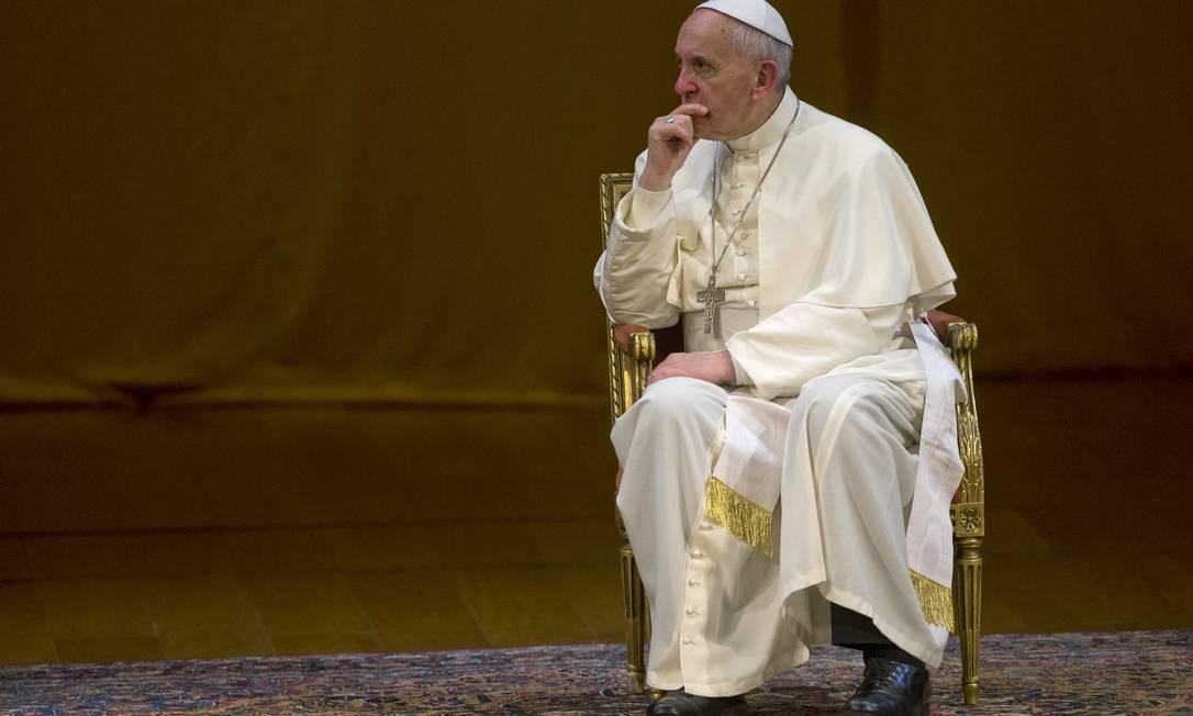 Papa no palco do Teatro Municipal, onde se encontrou com representantes da sociedade Foto: Domenico Stinellis / AP