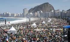 Multidão ocupa a areia da Praia de Copacabana à espera da vigília da JMJ Foto: Guito Moreto / Agência O Globo