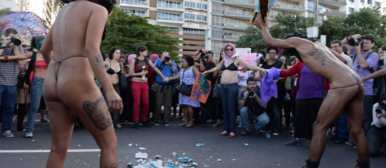 Grupo protesta contra a Igreja quebrando imagens sacras Foto: Marcelo Tasso / AFP